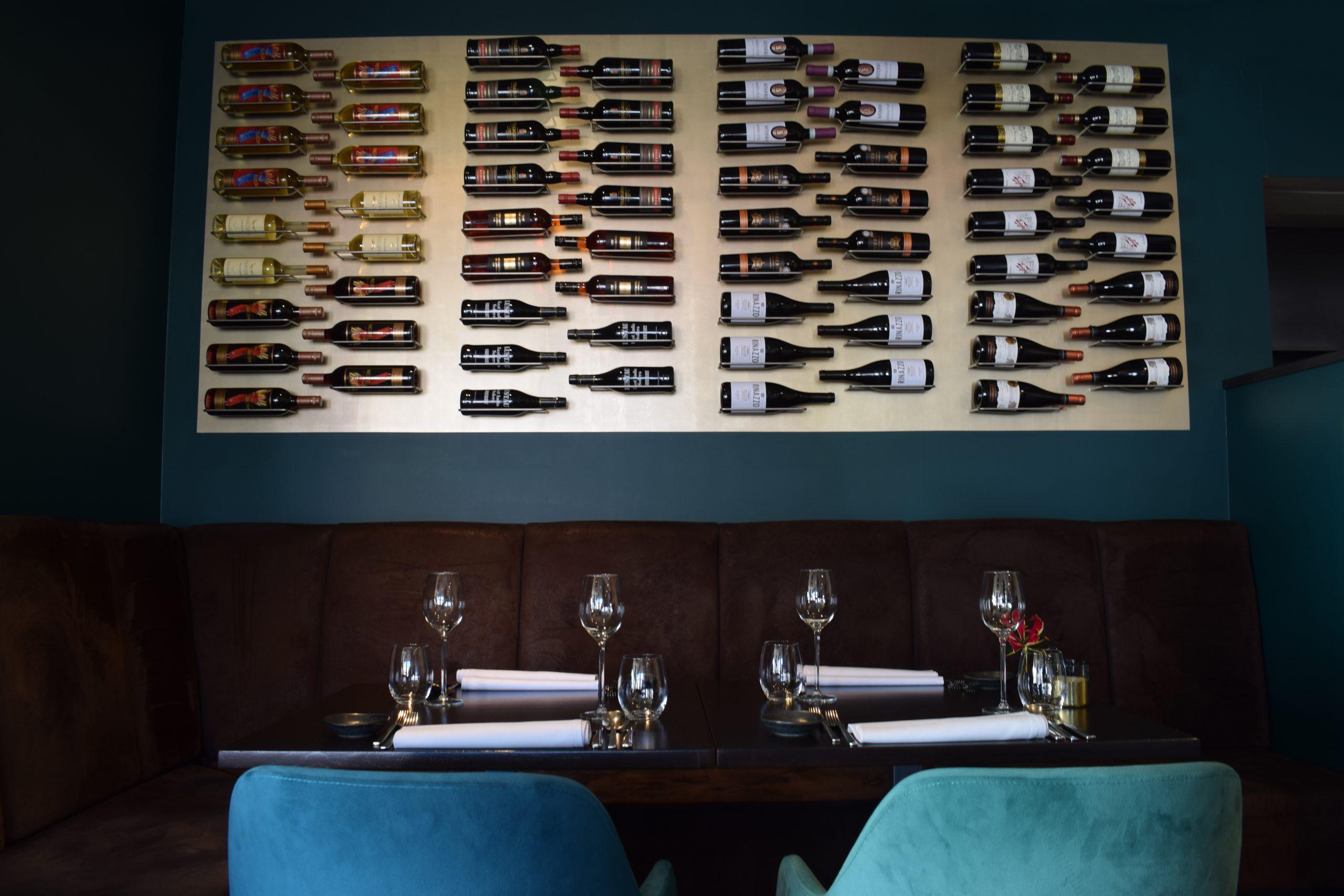 Wijn wand boven de bank