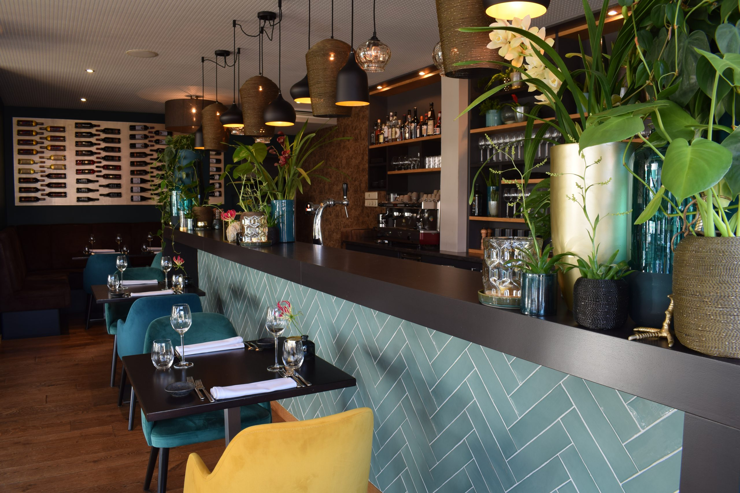 Bar foto met bloemen en tegel muur.