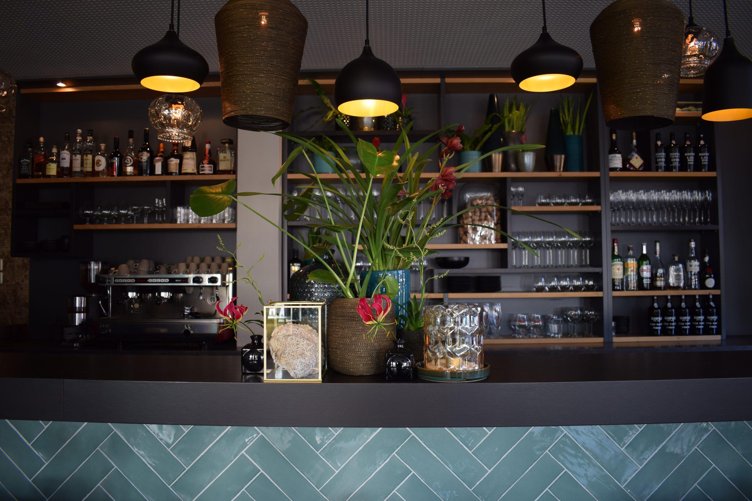 Bar opgemaakt met rode bloemen.