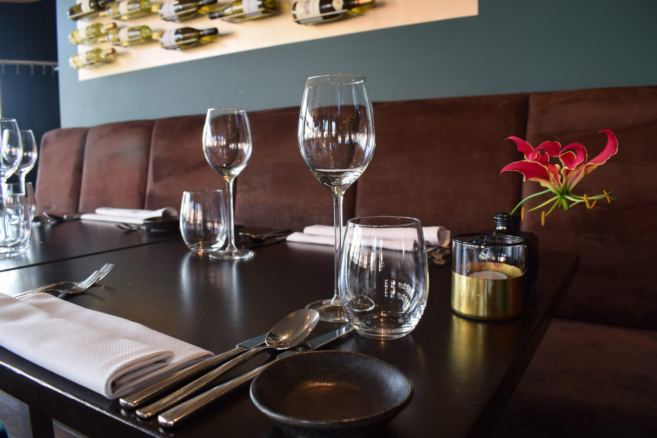 gedekte tafel, versiert met rode bloem