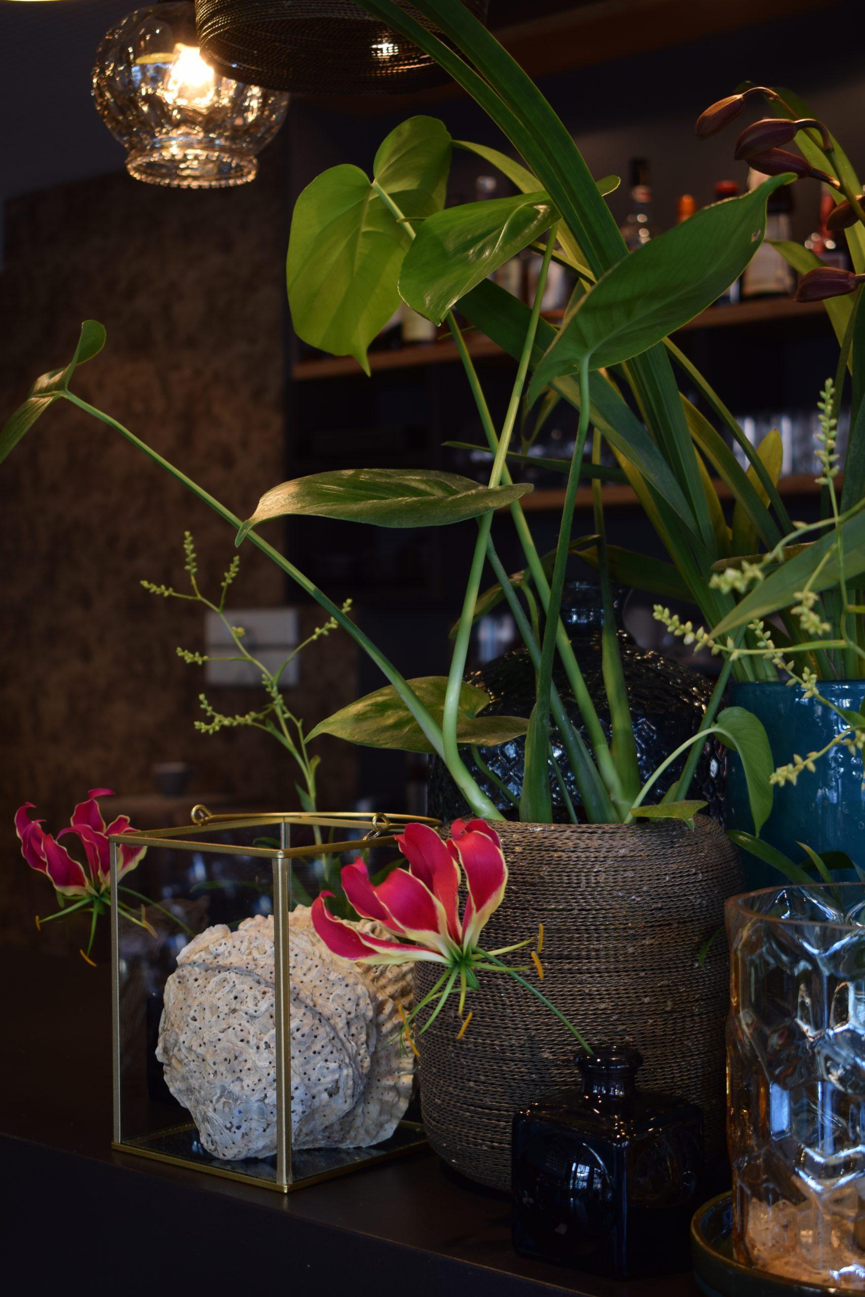 Bar opgemaakt met bloemen en decoratie