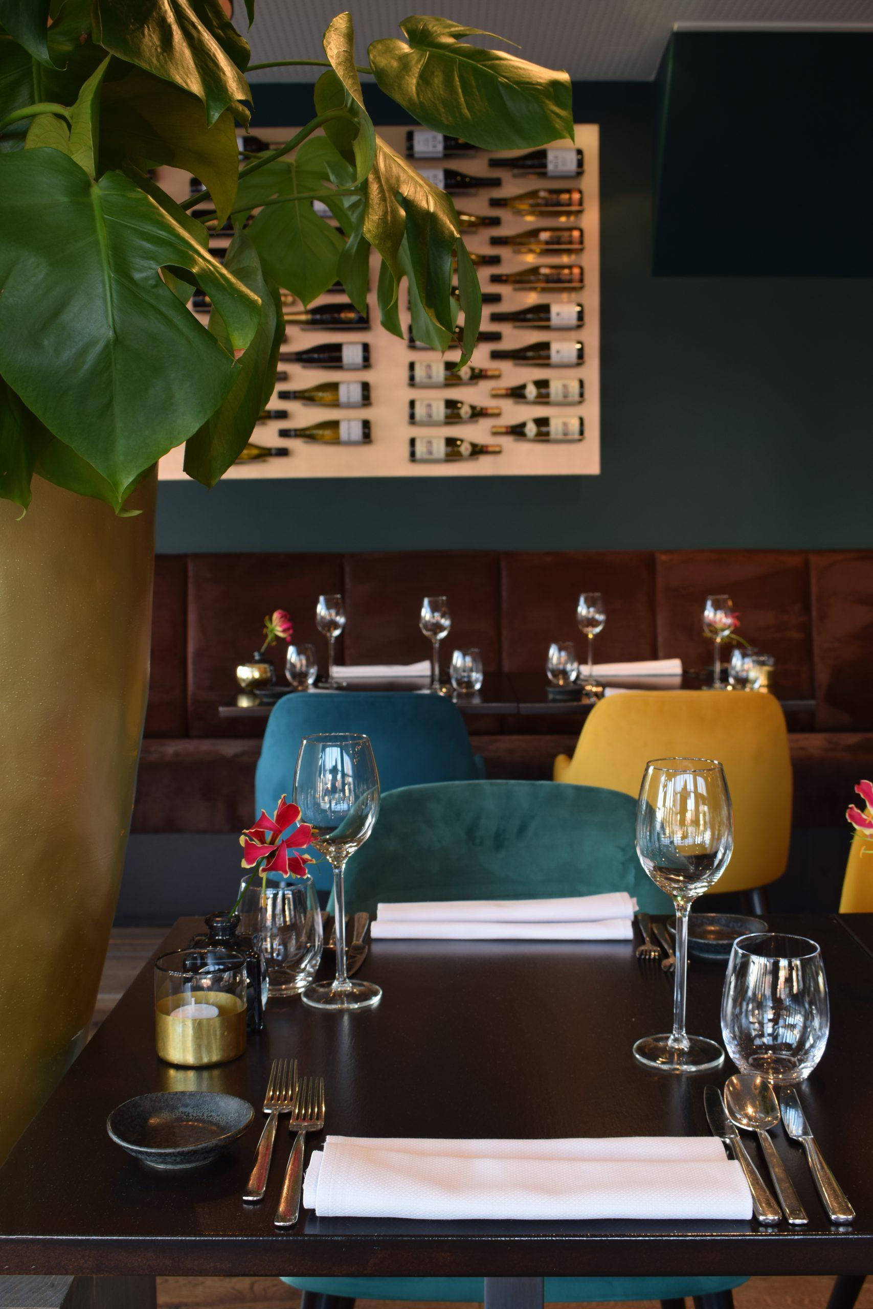 tafel in het midden van restaurant fine.